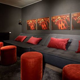 black and red design chilling room in a shared house for expats in Brussels