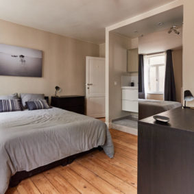 well-decorated room with a private bathroom in a shared house in Etterbeek close to the European Comission