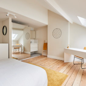 nice room with a double bed in a fully refurbished shared house for internationals in Brussels