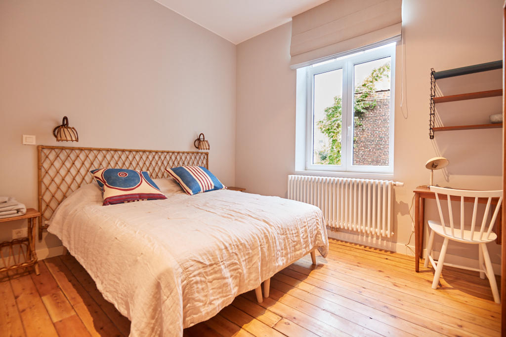 beautiful room with comfortable double bed and a private shower in a co-living house for expats in Brussels