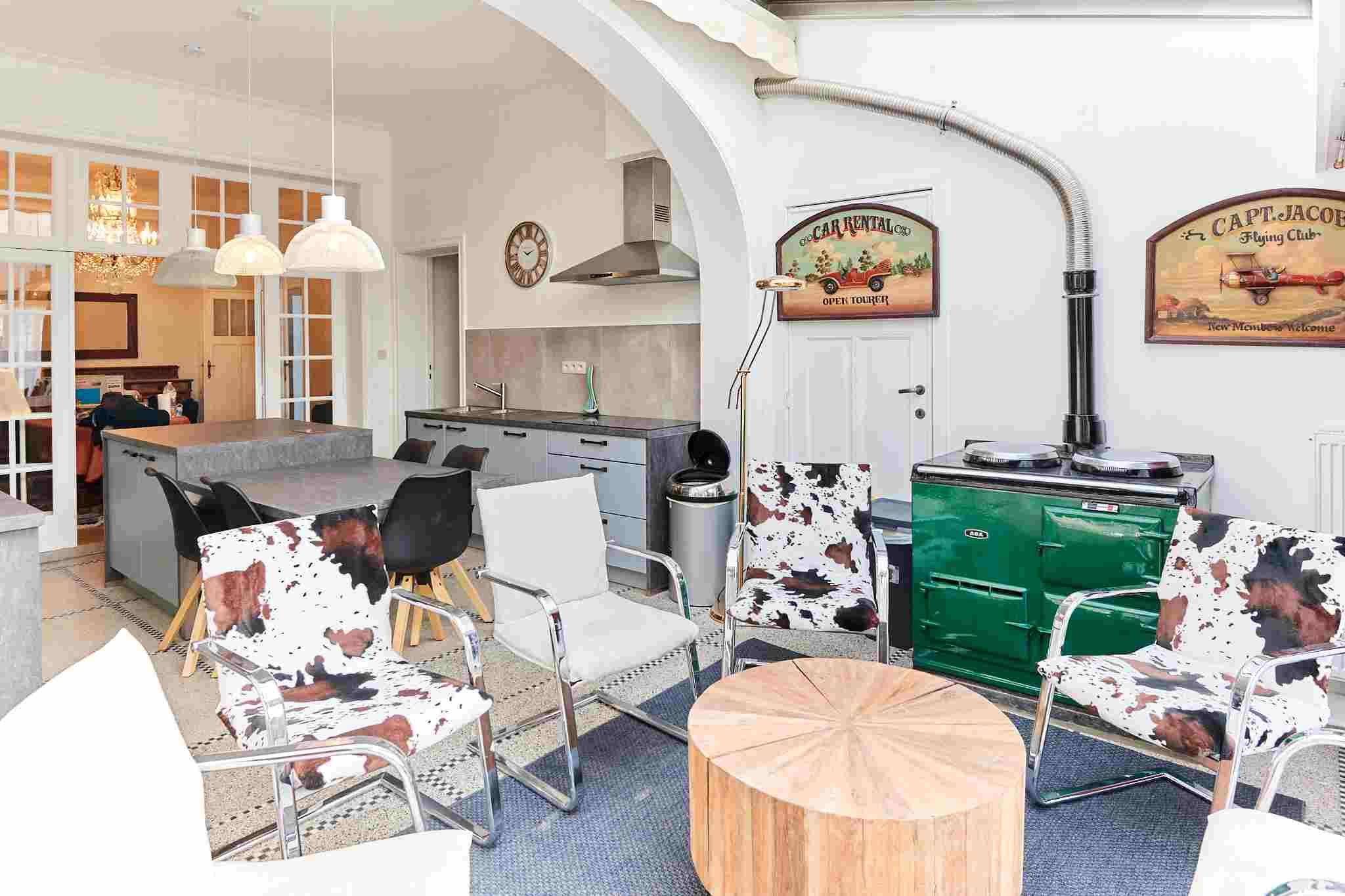 living room designed with taste in a shared flat for internationals