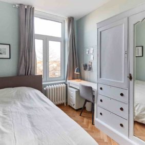 room with a comfortable double bed and private shower in a coliving in Brussels close to different points of interest