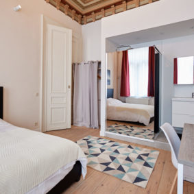 well decorated room with double be and private shower in a well-located shared house in Brussels