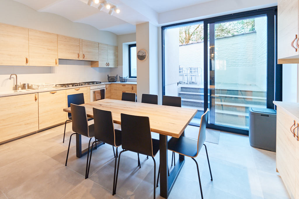 fully equipped kitchen in a fuly refurbished shared house for young professionals close to different points of interest