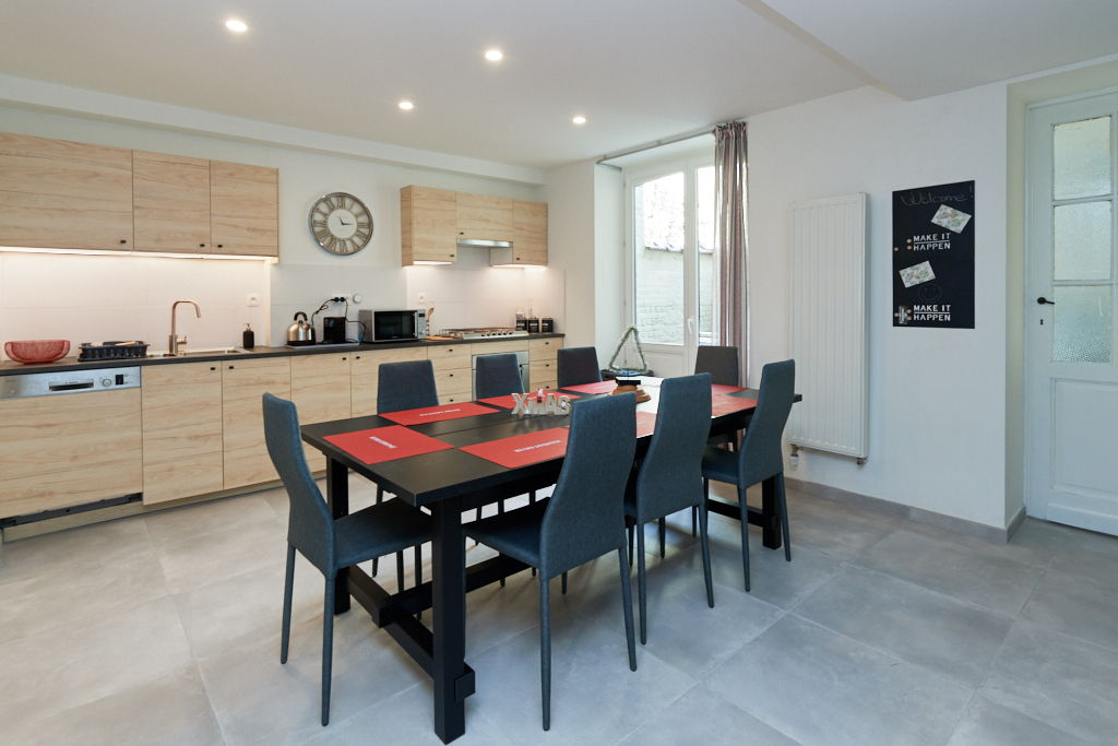 fully equipped kitchen with oven and microwave in a fully renovated house of 2019 in Brussels close to different points of interest