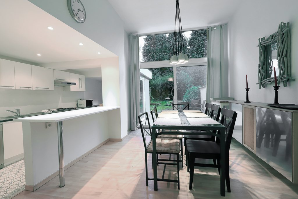 fully equipped kitchen with oven and microwave in a fully renovated house of 2017 in Brussels close to different points of interest