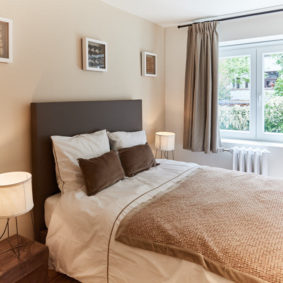 luminous room with a double bed including private shower and toilet for renting for young professionals in Brussels
