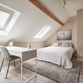 To rent : nice room decorated with taste comprising a private shower and toilet in a coliving for expats in Brussels