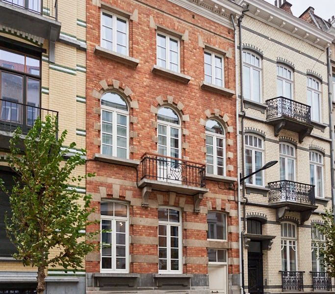 Fully renovated house (2020) of 300 m² near Flagey in Ixelles including 9 comfortable fully furnished bedrooms (18-30m²) with private bathroom and a garden
