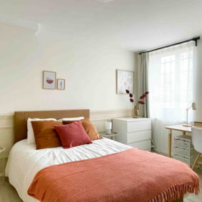Comfortable private bedroom with private ensuite bathroom with desk for homeworking in the EU quarter in a house with garage