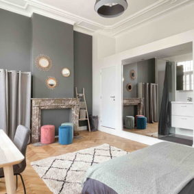 Spacious room with double bed and desk in Brussels in a shared house for community-driven professionals