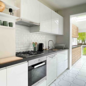 Fully equipped and furnished kitchen with garden view in a shared house in Brussels near the metro to enjoy with young expats