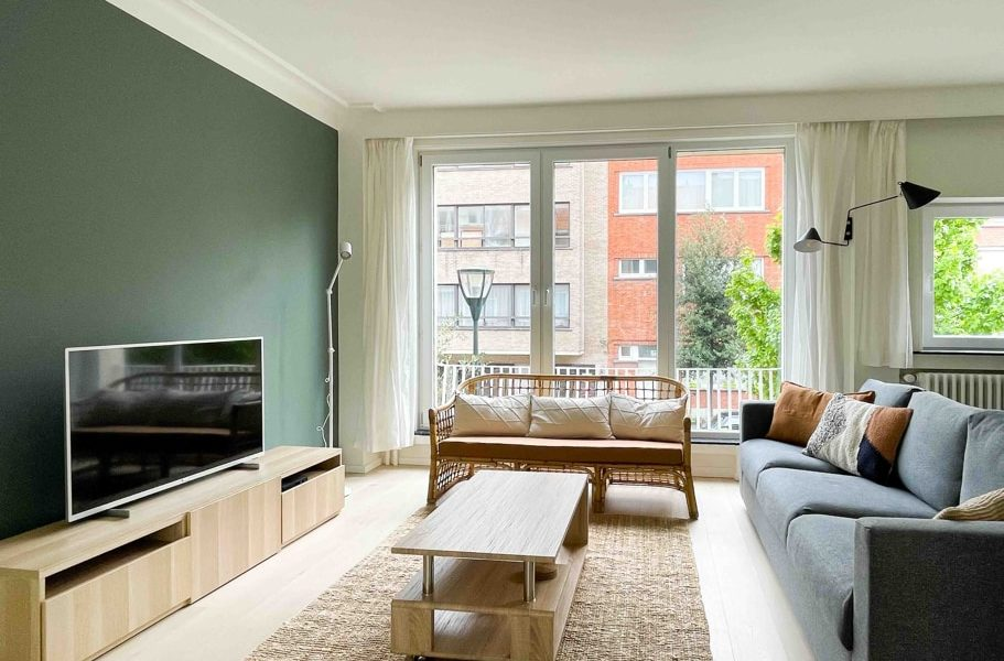 Stylish living room decorated by a Belgian interior design and architect with TV and high speed inernet wifi in a shared house for young expats in Brussels