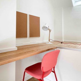 Enjoy a calm working space with desk, chair and high speed internet Wi-Fi in a bedroom of a shared houe with young international people