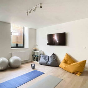 Large equipped gym room with TV to share with housemates in a renovated home in a trendy Brussels neighborhood
